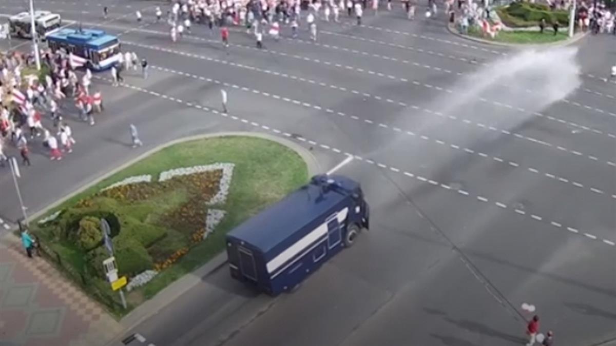 白俄羅斯數萬人上街示威 警方水砲驅散群眾