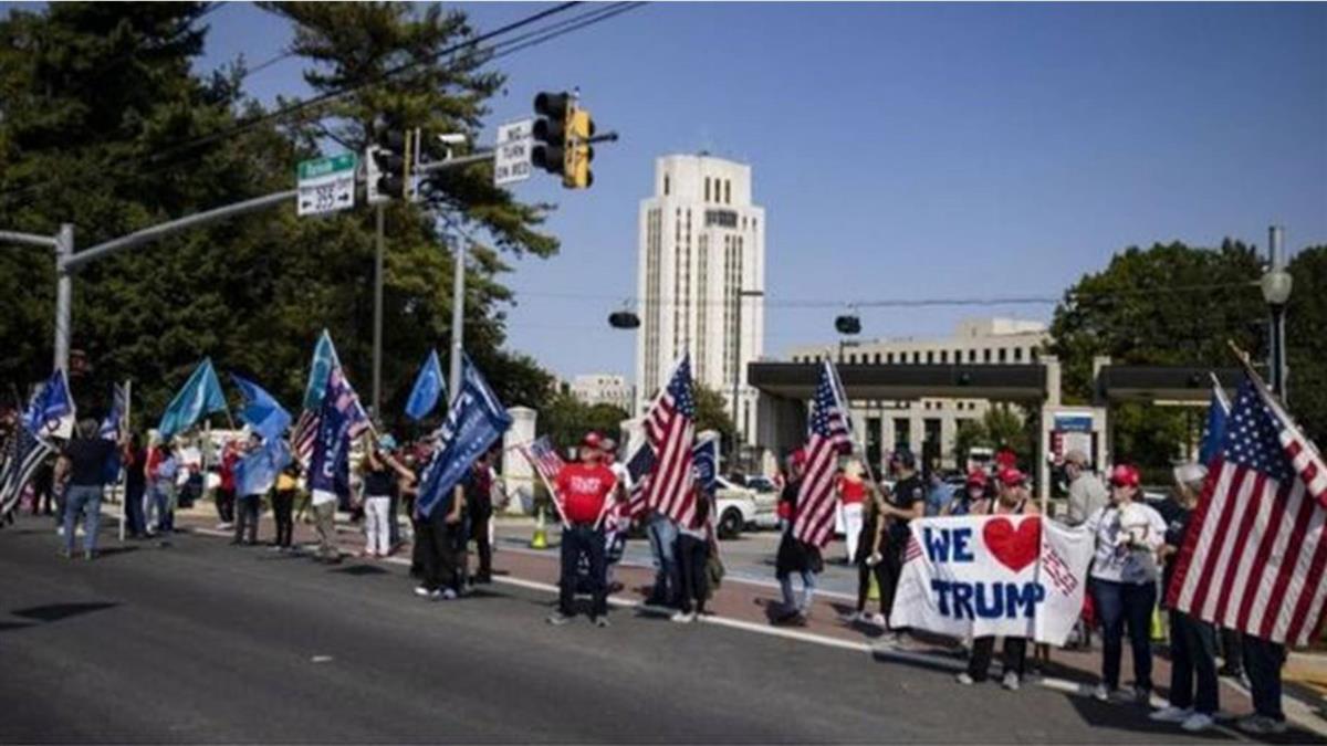 川普因新冠入院,批評與質疑聲中其支持者依然說「我們愛他」
