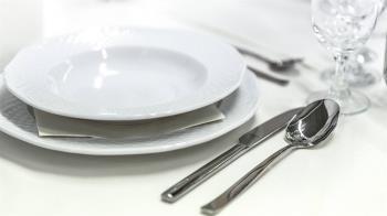 不肯收餐盤!女大生學餐暴哭喊爸爸 上千網友傻眼了