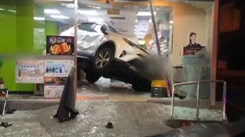 轎車撞進超商掀討論 網友朝聖笑稱:自備得來速商店