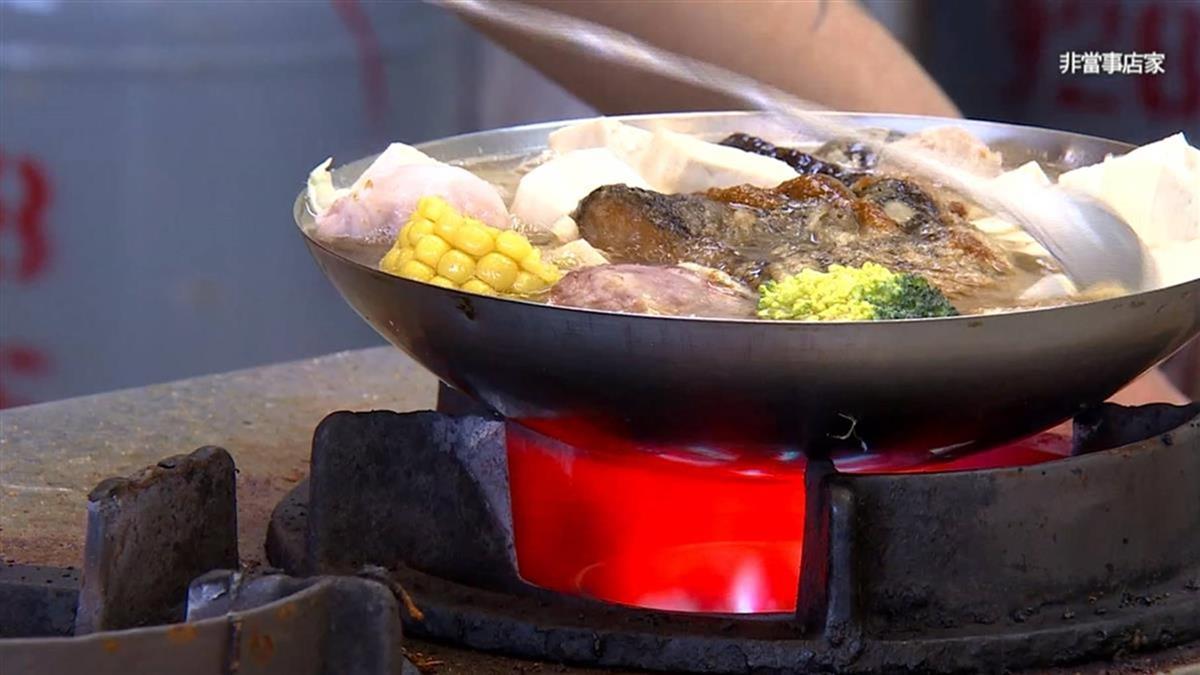 正妹1人嗑3火鍋!情侶拿筷子狂指 結局超療癒