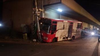 開到「眼前一片黑暗」公車撞電桿 3女高中生送醫