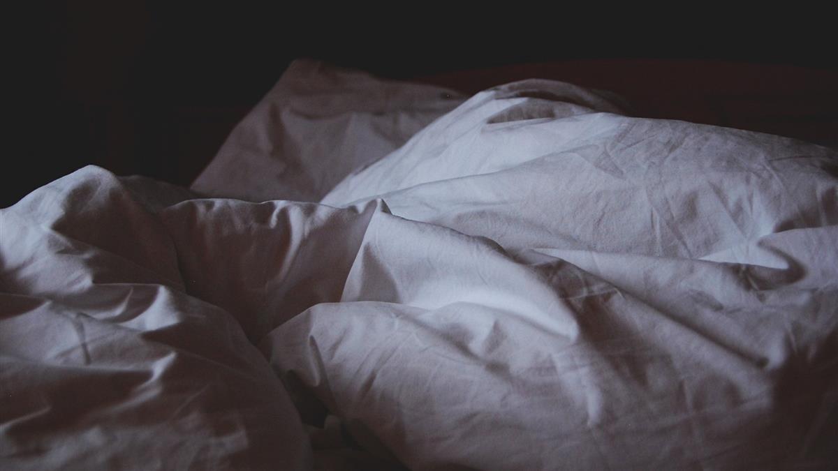媽媽陶醉躺床嗨!女嬰被忘車上4小時慘悶死