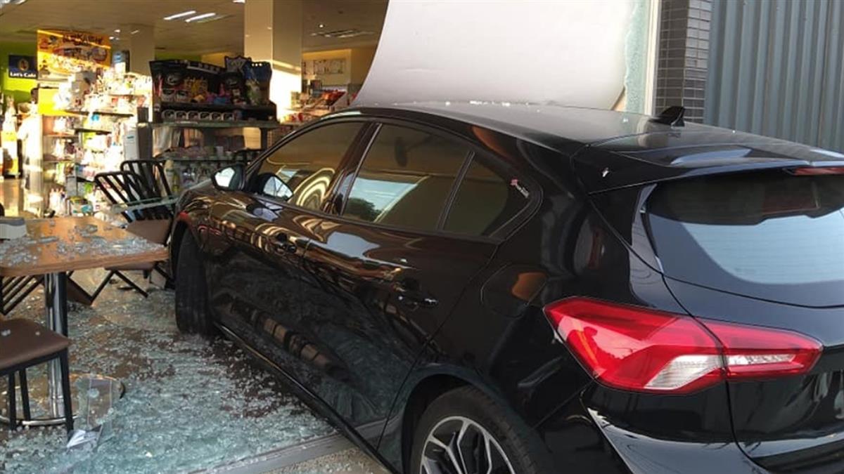 21歲女誤踩油門撞超商!車禍照秒登Google  網笑噴:得來速+1