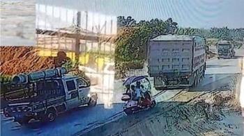 砂石車突倒車!女騎士載3孩捲車底被輾斃 最小才3歲