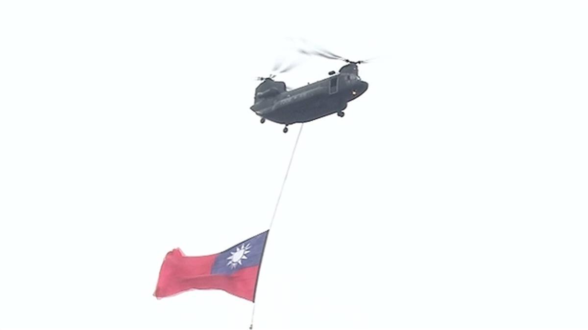 國慶典禮 空勤黑鷹低飛總統府廣場吸睛