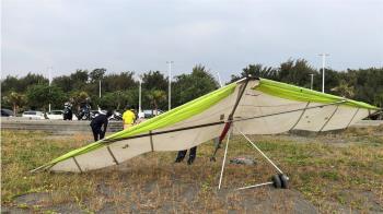 快訊/旗津沙灘驚傳滑翔翼撞人! 1遊客頭部受傷送醫