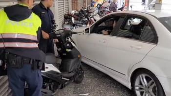 快訊/新莊賓士駕駛酒駕撞騎樓 酒測值0.69撞毀9機車