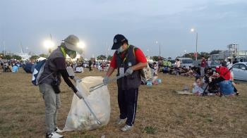台南國慶焰火湧50萬人 清出150噸垃圾
