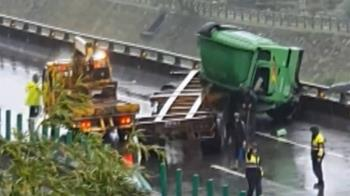 曳引車台62打滑連撞分隔島護欄 車頭倒折無人受傷