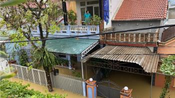 越南洪災20死  民眾逃生躲2樓泡麵度日