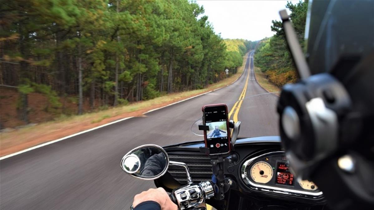 機車族注意!手機放手機架用是否違法 交警解答了