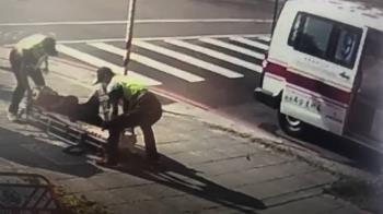 17歲無照騎士搶快闖紅燈!猛撞左轉汽車 零件噴飛2人傷