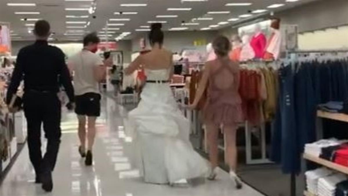 正妹穿婚紗衝超市逼婚! 自帶牧師霸氣喊:現在不娶就分手
