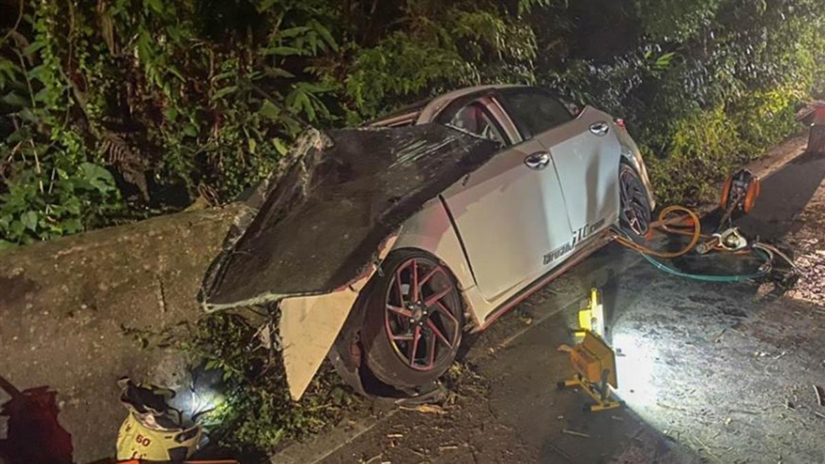 新竹五指山轎車自撞山壁 右車身全毀1死4傷