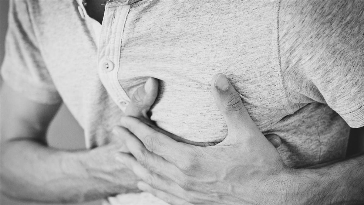73歲翁胸悶送醫!醫開刀驚見心臟狂噴血 揭保命關鍵