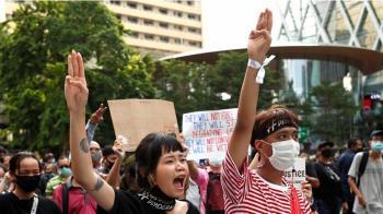 泰國抗議:不顧冒犯君主罪,泰國示威者罕有在王室車隊前示威