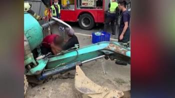 挖土機翻覆!駕駛左小腿遭壓 一度持工具鑿洞自救