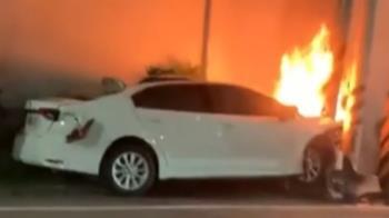 自小客疑超速過彎 警所前撞桿起火6人輕重傷