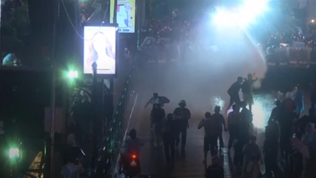 泰示威未歇!警深夜水柱驅趕 民眾不甩禁令上街抗議