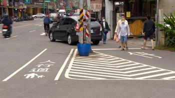 獨/人行道陷車流成孤島 民眾:走過怕被撞