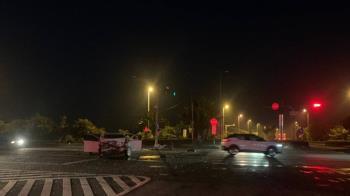 快訊/高雄國道10號凌晨車禍 2車相撞釀6傷