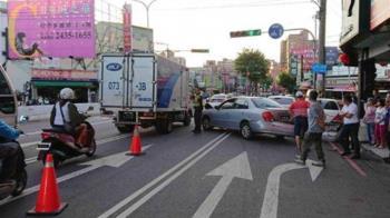 台中遊覽車撞多輛汽機車 5人受傷送醫