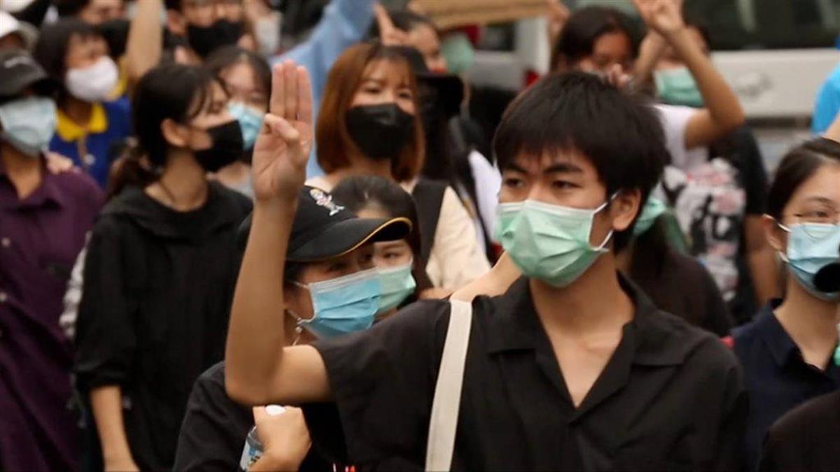泰國示威:警方水炮車催淚彈清場後,年輕抗議者捲土重來