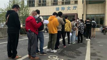 中國大陸義烏數百市民排隊「搶注」新冠疫苗 「感覺新冠就離我很遠了」