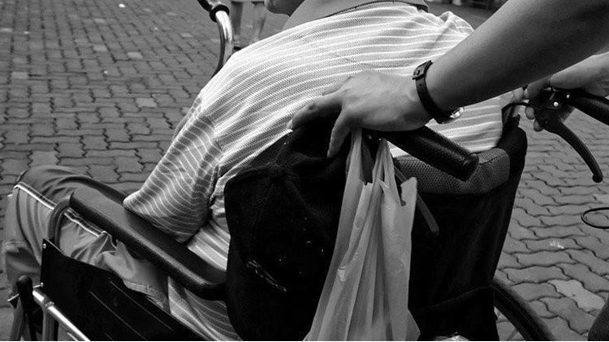 代領退休金遭拒! 大媽輪椅推屍「我把他帶來了」