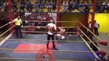 摔角手被重擊2拳昏迷!對手以為演戲 上前一看嚇壞了