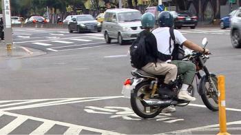 獨/待轉區前後都是車道 機車騎士驚:不小心會被撞