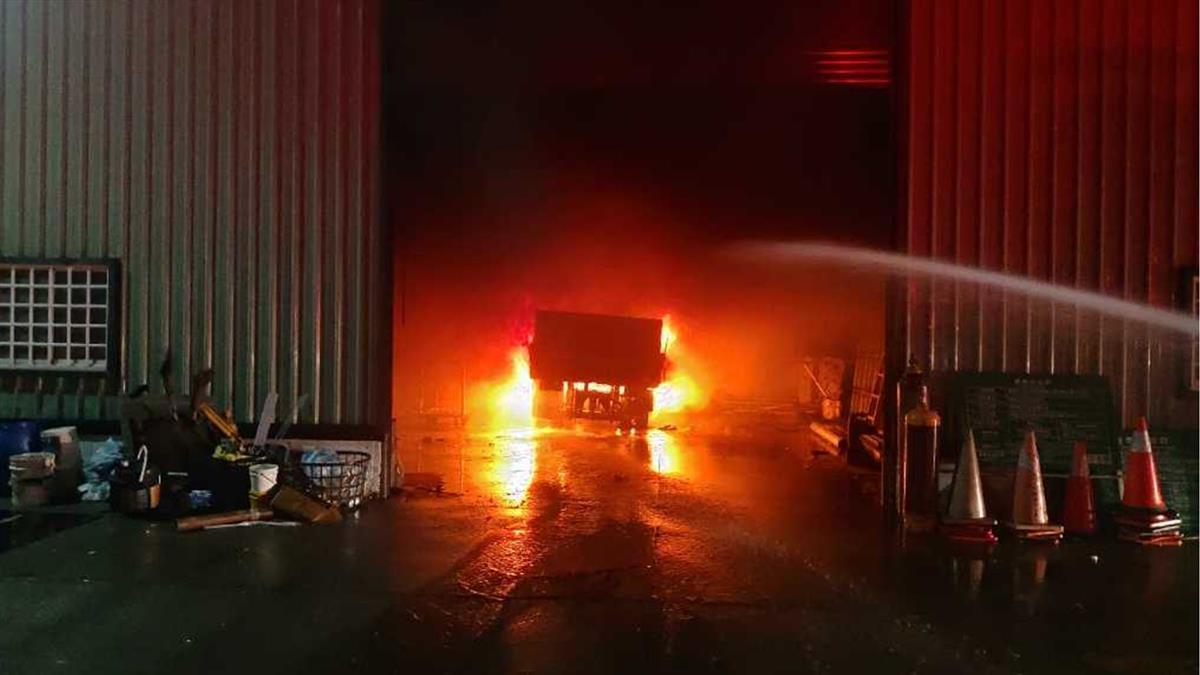 乙炔鋼瓶惹禍!台東凌晨發生火燒車意外