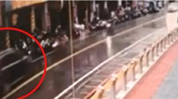 醉婦逆向猛衝!2騎士撞飛重摔 路旁17機車遭波及