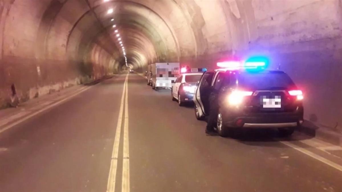 運鈔車隧道內拋錨 警急衝現場戒護