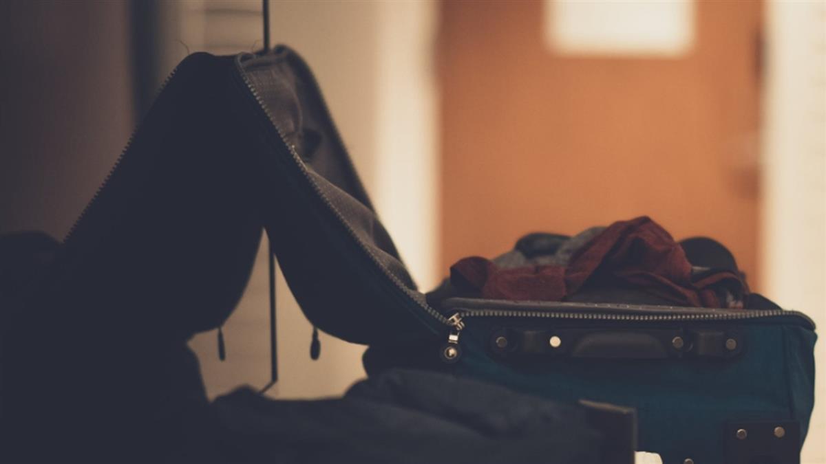 約閨蜜出門過夜!男行李箱藏套套 女友頂綠光崩潰