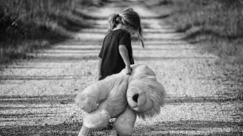 7歲女童迷路大哭沒人理!小五生超帥挺身被讚爆