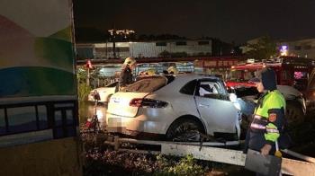 快訊/淡水保時捷自撞分隔島!27歲駕駛受困30分鐘 送醫搶救中