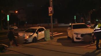 台中700萬海神闖燈猛撞轎車 女乘客一度昏迷車內