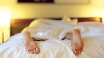 新北美少女被脫褲性侵繼續睡!惡煞爬上正妹床偷拍私處