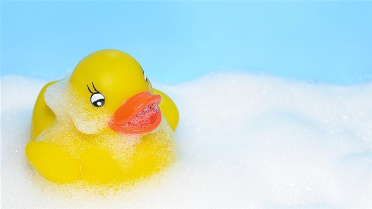 洗澡玩鴨鴨!3歲弟遭「黑水」噴眼 雙眼暴腫2倍險瞎