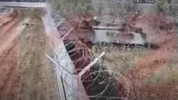 戰鬥民族喝醉開坦克!失控衝撞機場 目擊者驚:以為飛機掉了