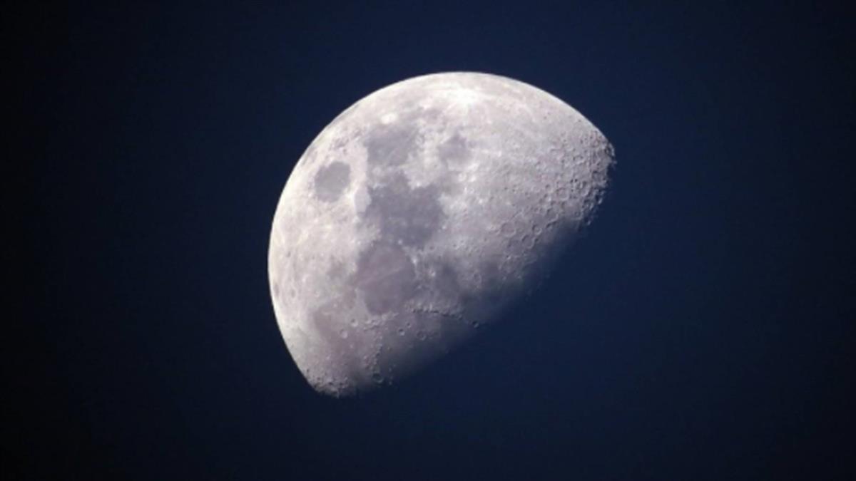 月球表面存在水分子 研究:分布比先前認為普遍