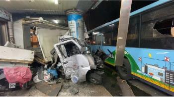 基隆公車司機心臟病發!失控衝入民宅 14人受傷急搶救