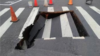高市左營大路3米寬坑洞 疑雨水箱涵或污水管破損