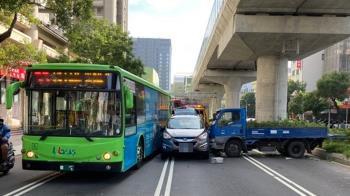 快訊/台中5車連環車禍!公車貨車撞一團 7人送醫搶救