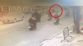 「可以不要報警嗎」 騎士跨雙黃線迴轉 猛撞機車逃逸