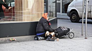 老婦裝殘坐輪椅行乞!遭踢爆是擁5房包租富婆