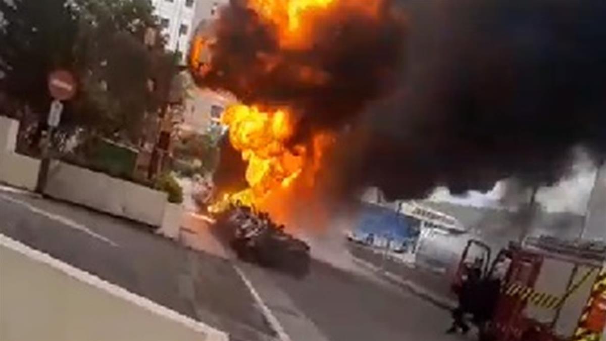 快訊/ 北市「陶朱隱園」旁32輛機車燒成火球!多次爆炸濃煙竄天際