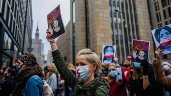 波蘭「幾乎完全禁止墮胎」裁定 引發多日大規模抗議示威